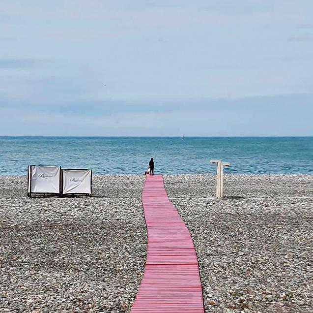 החוף בבטומי. חלוקי אבן במקום חול