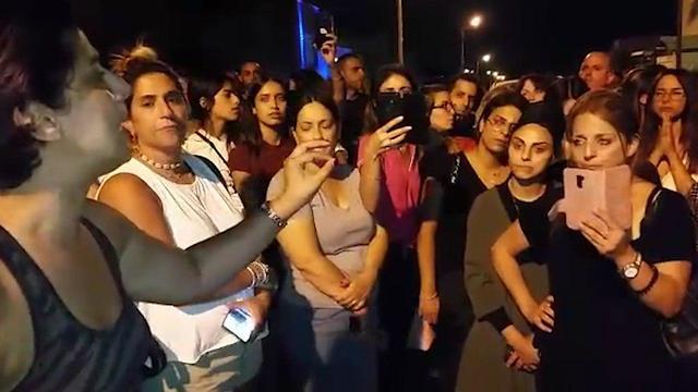 Демонстрация родителей  у дома воспитательницы. Фото: Йоси Дамари