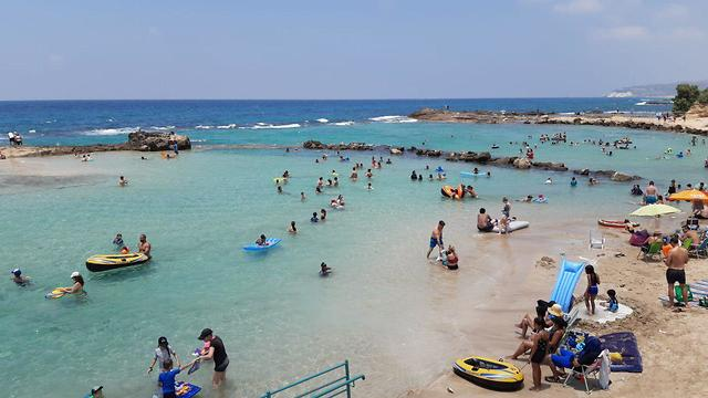 Archive / Israelis flock to the beach in the north during a heatwave (Photo: Nature and Parks Authority)