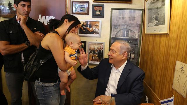 ראש הממשלה בנימין נתניהו בבית הקפה מגדניה דובשנית בירושלים (צילום: עמית שאבי)