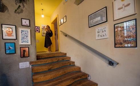 האדריכלים סיטון וטונוס הפכו את הבנק לשעבר להוסטל בעיצוב אקלקטי (צילום: משה צ'יטיאת)