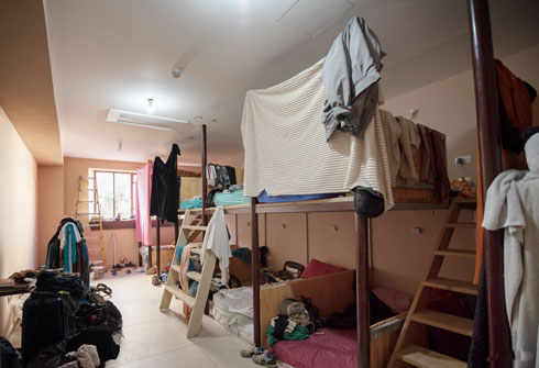 מיטה בחדר משותף עולה 75-120 שקלים ללילה. ומי שאין לו - יכול לעבוד 5 שעות בקבלה וליהנות מלילה חינם (צילום: משה צ'יטיאת)