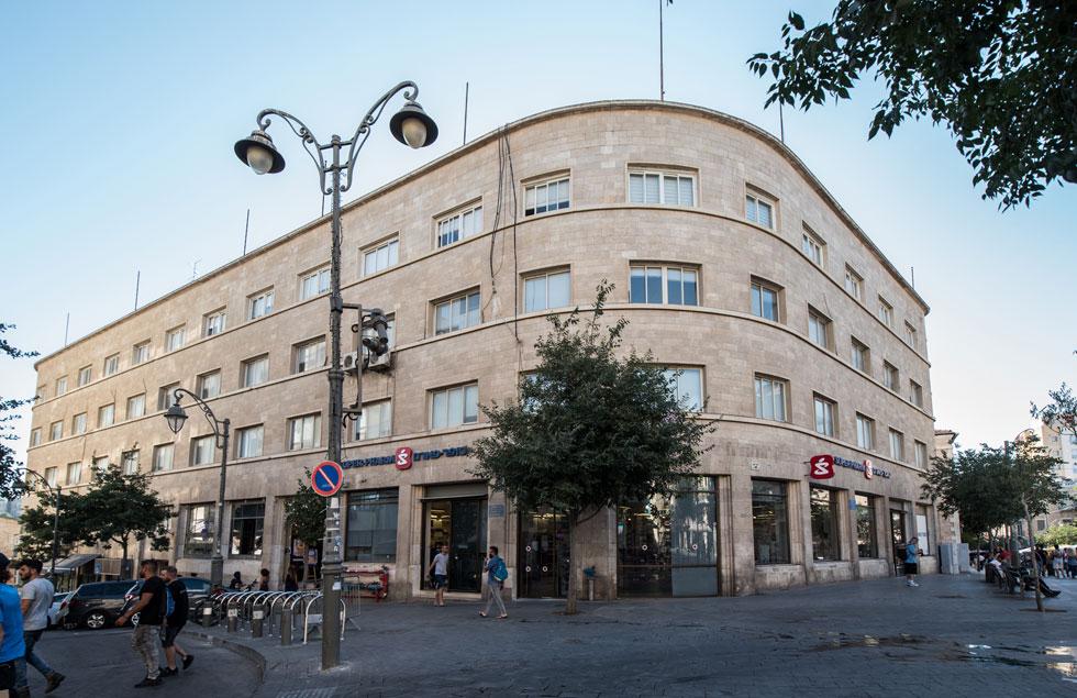את הבניין הגדול בפינת הרחובות יפו והסורג בירושלים תכנן בשנות ה-30 של המאה שעברה האדריכל ראובן אברם (אברמוביץ), בסגנון הבינלאומי האופייני לירושלים של אותן שנים. בתחילה השתכן כאן ''בנקו די רומא'', אח''כ היו חלליו נטושים, והיום תופסת חלק מהמבנה אכסניית ''הפונדק'' (צילום: משה צ'יטיאת)