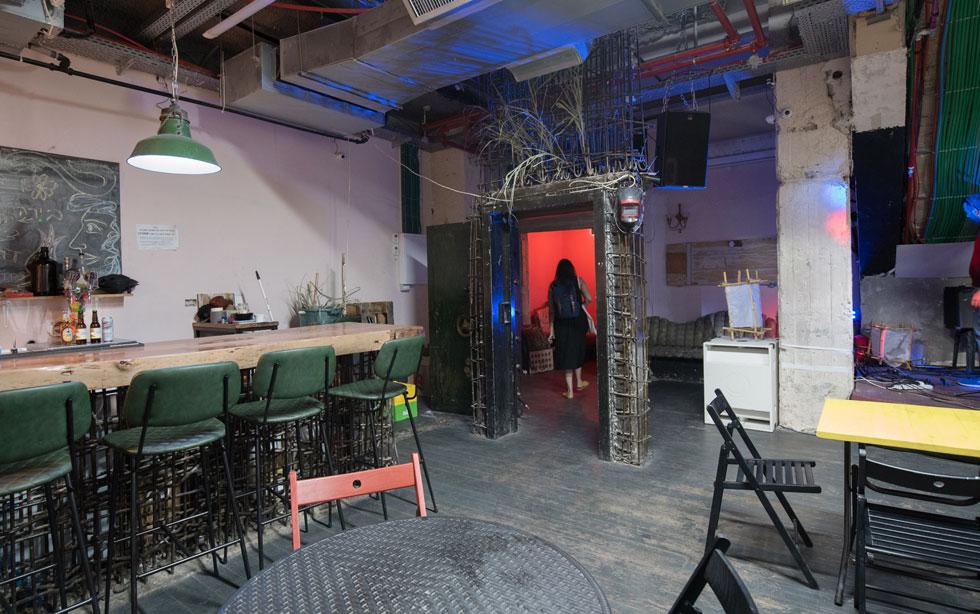 במרכז קומת המרתף של ההוסטל, שבה פועל בר הופעות, ניצבת דלת הכספת הגדולה ששימשה את הבנק שפעל כאן פעם (צילום: משה צ'יטיאת)