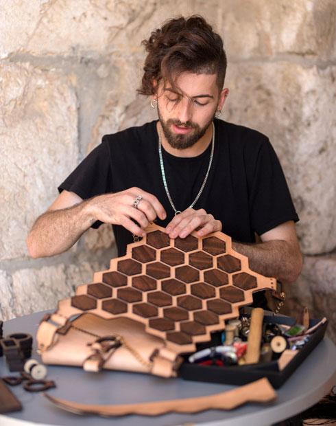 """""""ירושלים לימדה אותי שלא צריך תמיד לתת תשובה, היא המנוע של היצירה שלי"""". מג'לטון בעבודה  (צילום: ריקי רחמן)"""
