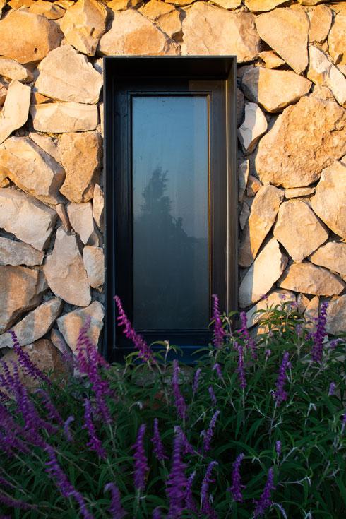 ברזל שחור ממסגר את החלונות (צילום: טל ניסים)