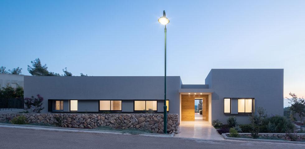 חזית הבית אופקית ורחבה. מדלת הכניסה יש קו מבט ישר אל האופק (צילום: טל ניסים)