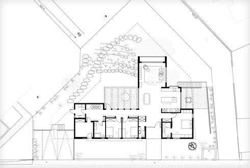 תוכנית הבית, על המגרש המשולש. הסלון בולט החוצה (תוכנית: אדריכלית רווית דביר)