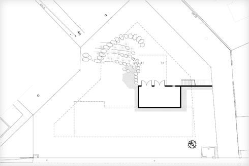 תוכנית יחידת הדיור התחתונה, החפורה מעט בקרקע, ולה ירידה חיצונית נפרדת (תוכנית: אדריכלית רווית דביר)