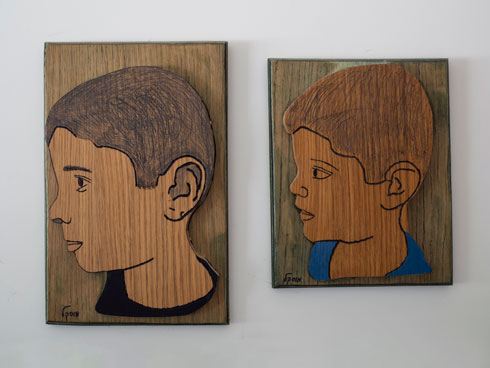 בחדרם של שני הבנים דיוקנאות עץ שלהם, שיצר סבא אבי (צילום: נגה שחם פורת)