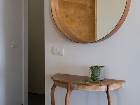 שולחן המבואה מבית הוריה של מורן  (צילום: נגה שחם פורת)