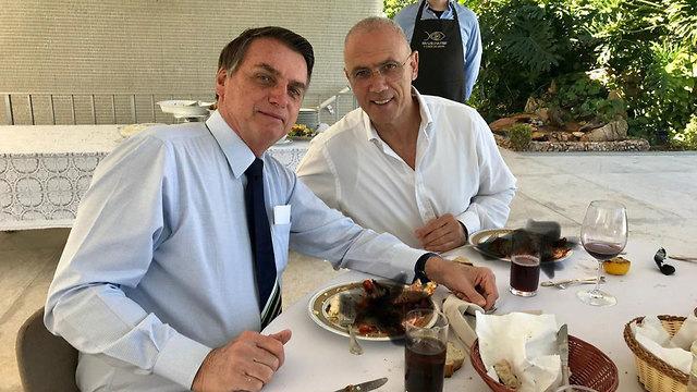 שגריר ישראיל בברזיל יוסי שלי השחיר תמונות שלו אוכל לובסטרים עם נשיא ברזיל ז'איר בולסונארו  ()
