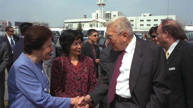 אורה נמיר לוחצת את ידו של נשיא המדינה לשעבר עזר ויצמן בנמל התעופה בשנחאי שבסין בדרכם לביקור בהונג קונג ב-1999 (צילום: סער יעקב, לע