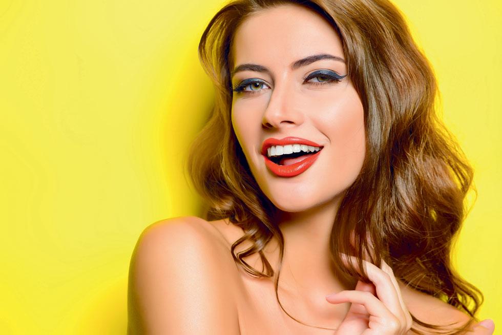 עדיין מתלבטת לגבי הלבנת שיניים? השתמשי בליפסטיק אדום. הצעד הפשוט הזה יגרום לשיניים שלך להיראות לבנות יותר (צילום: Shutterstock)
