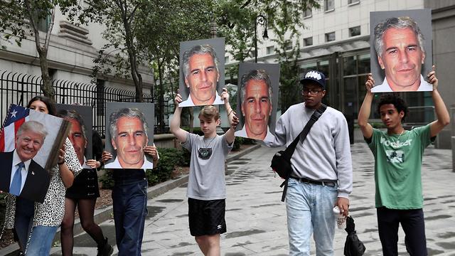 פרשת המיליארדר ג'פרי אפשטיין ניצול מיני מפגינים נגדו (צילום: רויטרס)
