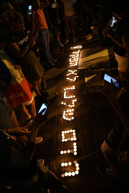 מפגינים מדליקים נרות זיכרון לאחר מחאת יוצאי אתיופיה בנתניה (צילום: יאיר שגיא)