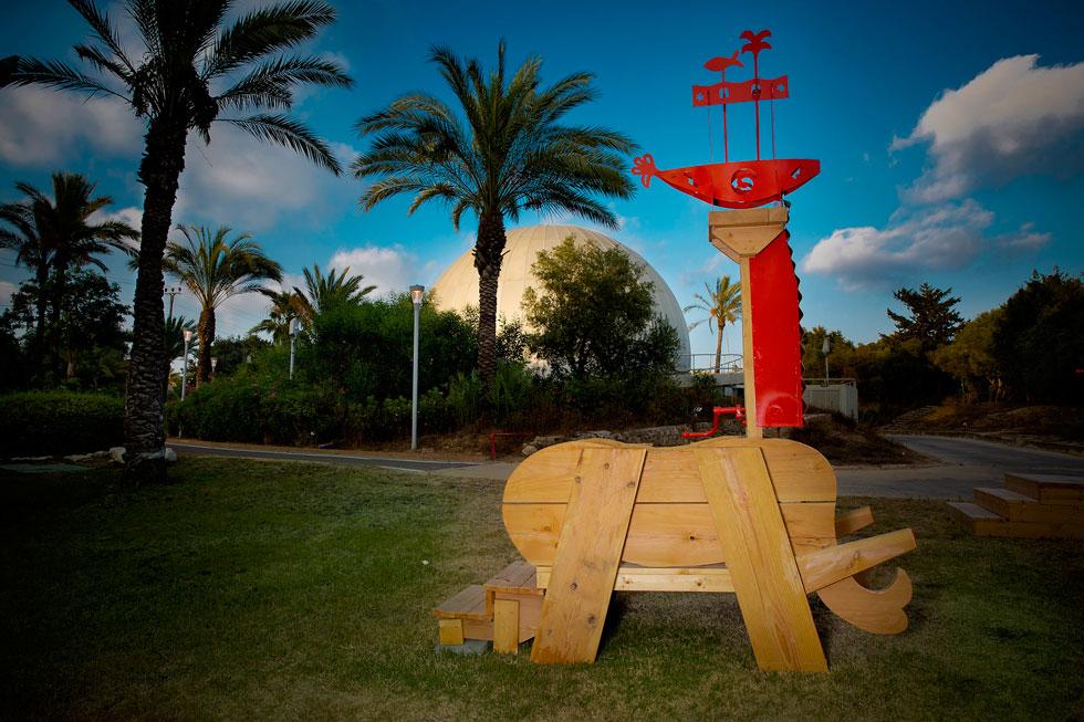 פסלי הענק עשויים בעיקר מעץ, עם תוספות מתכת אדומה, שהילדים מוזמנים לחקור במשחק ובהשתוללות. מותר ועוד איך לגעת (צילום: ענבל מרמרי)