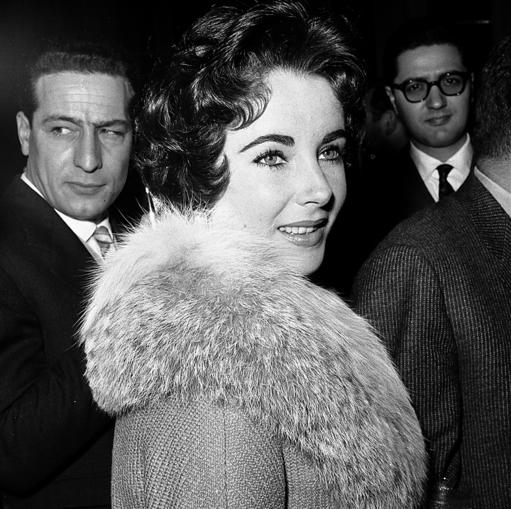 """אליזבת טיילור טיילור החלה ברומן עם ריצ'רד ברטון, ששיחק לצידה ב""""קליאופטרה"""", בזמן שהייתה נשואה לבעלה הרביעי אדי פישר. טיילור וברטון התגרשו מבני זוגם ונישאו זה לזה (פעמיים)"""