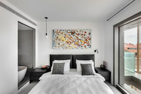 שני חדרי השינה זהים (מלבד השקיפות לחדר הרחצה) (צילום: עודד סמדר)
