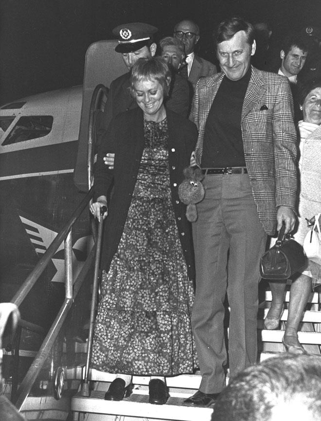 """חנה מרון ובעלה יעקב רכטר נוחתים בארץ אחרי הפציעה במינכן, 1970 (צילום: פריץ כהן, לע""""מ)"""