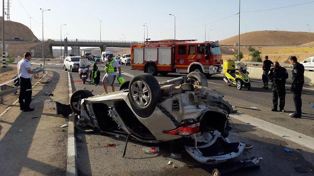 זירת תאונת הדרכים בכביש 1 במוך לצומת השומרוני הטוב בה נהרגו שני גברים (צילום: דוברות כב