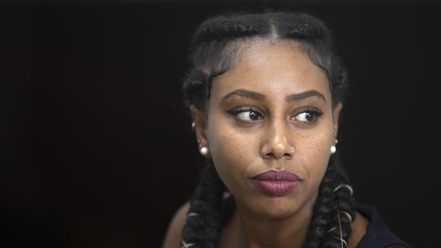 A músico israelense etíope Yael Mentesnot fala com a AP em sua casa em Tel Aviv, 7 de julho de 2019