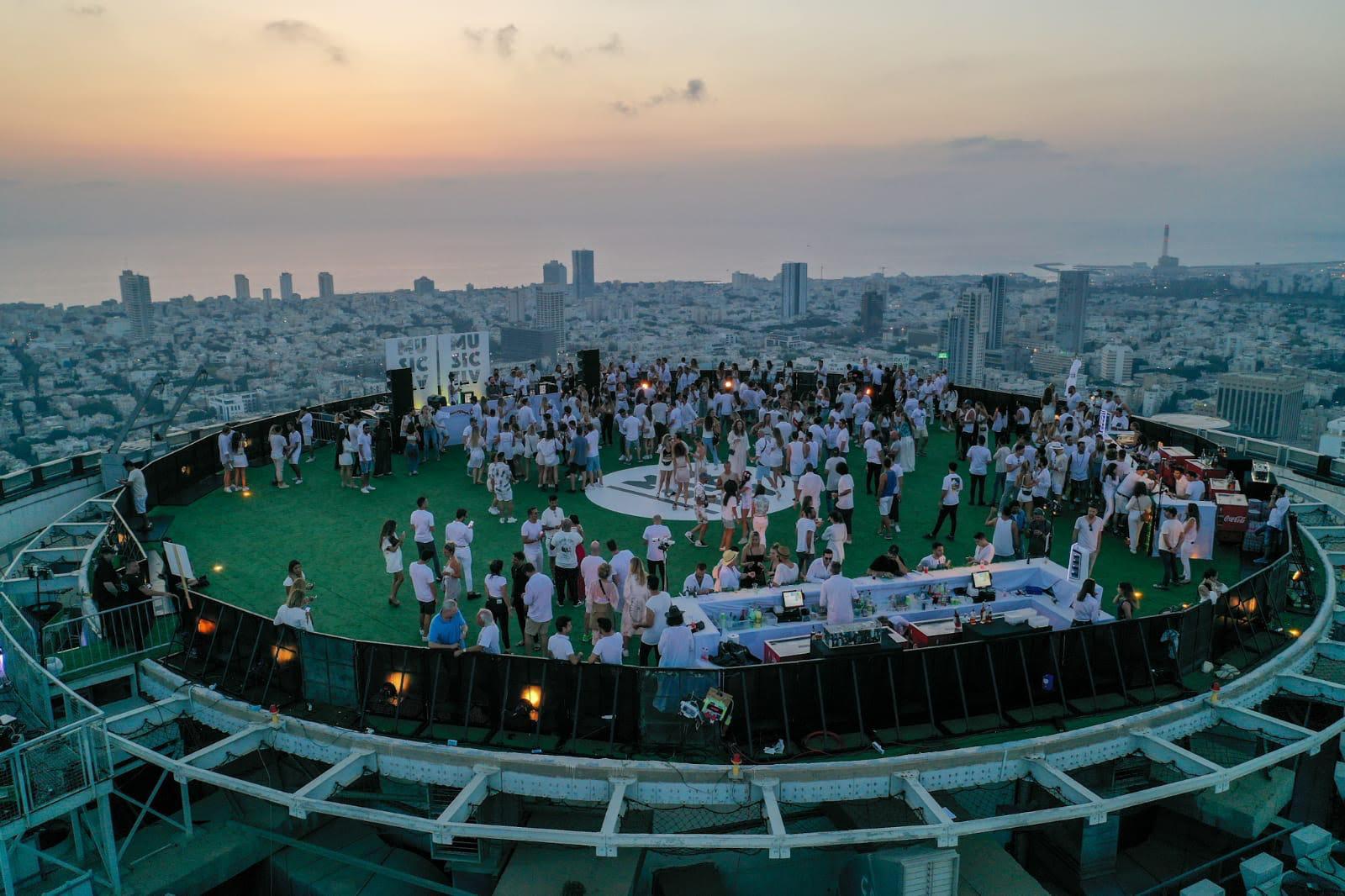 המסיבה על גג עזריאלי (צילום: דורון סארי)