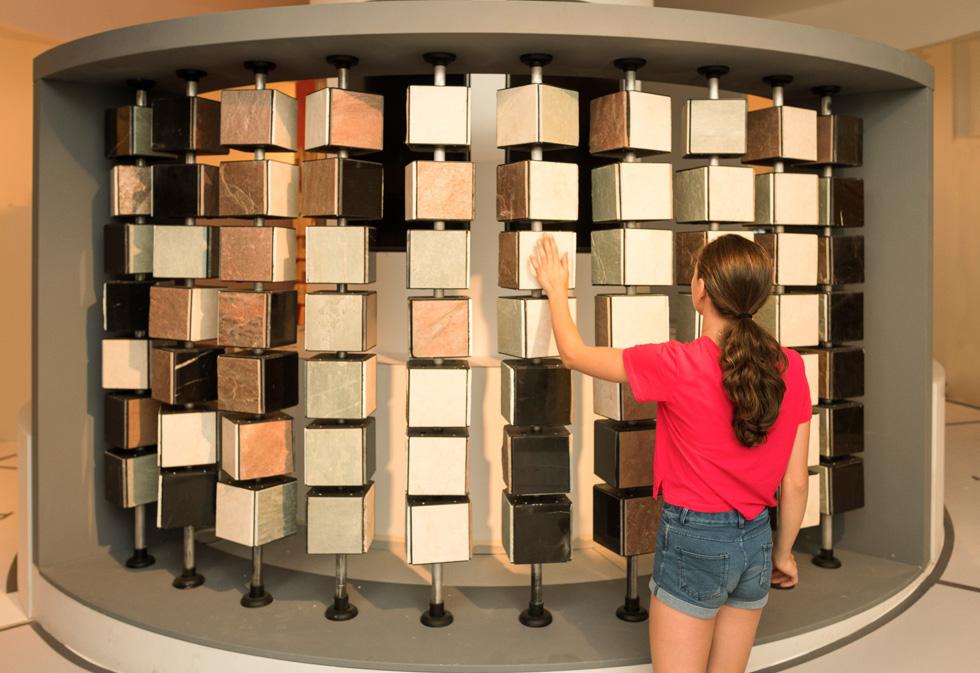 קיר היכרות עם חומרים מזמין את המבקרים לסובב ולהרגיש (צילום: אלי פוזנר, מוזיאון ישראל)