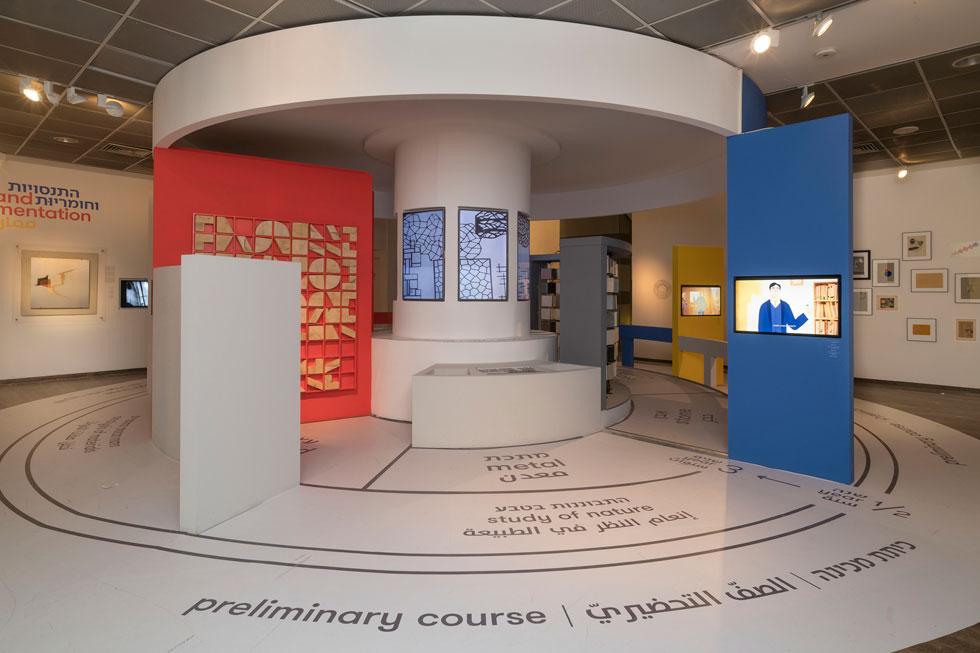 בפתח התערוכה, המעגל הזה מכיר למבקרים הצעירים והמבוגרים את החזון הבאוהאוסי ומזמין אותם להתנסות בצורה, בחומר ובצבע (צילום: אלי פוזנר, מוזיאון ישראל)