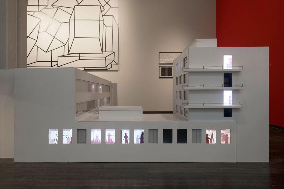 דגם בית הספר המפורסם בעיר דסאו, שתכנן מייסד ''באוהאוס'' ולטר גרופיוס, נבנה במיוחד לתערוכה. החלונות מוארים ומציגים סצינות סטטיות ודינמיות (צילום: אלי פוזנר, מוזיאון ישראל)