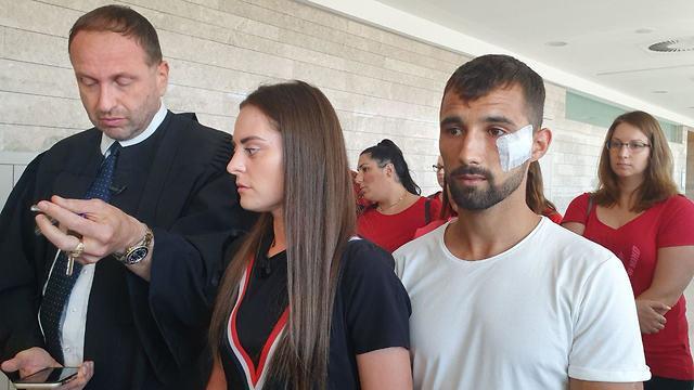 Родители Ясмин Винта с адвокатом Яаковом Шкляром (крайний слева). Фото: Барэль Эфраим
