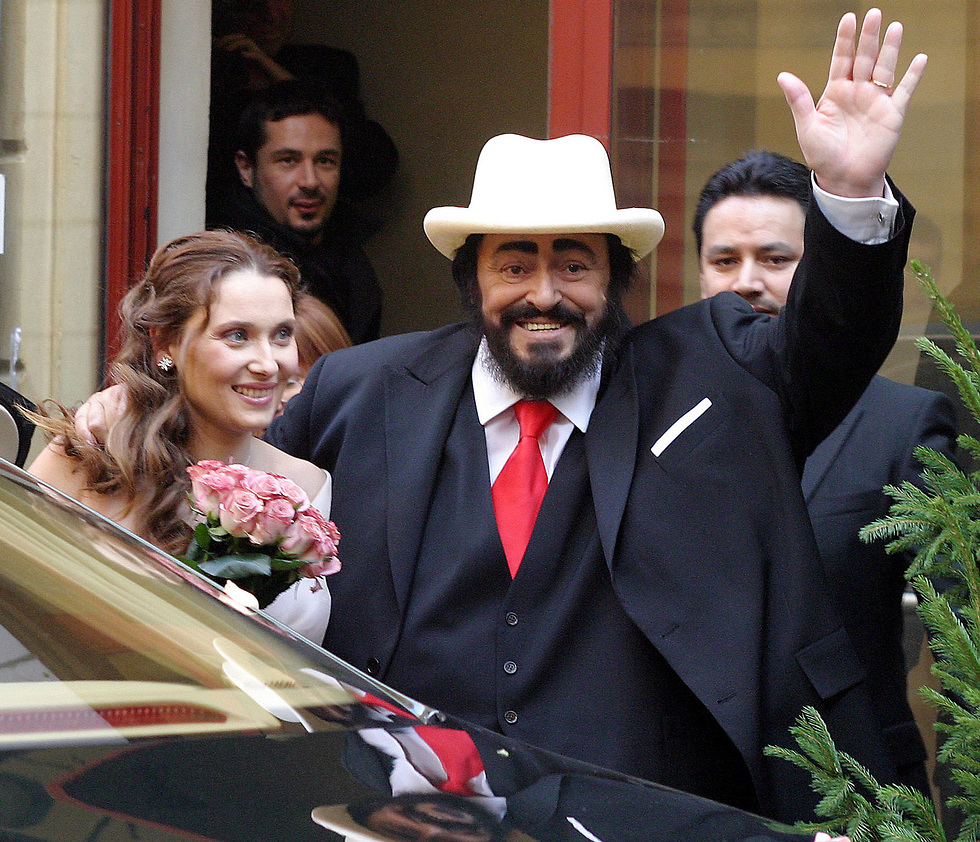 החתונה של לוצ'אנו פברוטי וניקולטה מנטובני (צילום: AP)