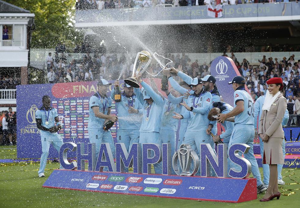 שחקני נבחרת אנגליה חוגגים (צילום: AP)