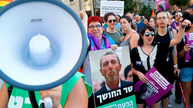 הפגנה מול קריית הממשלה נגד שר החינוך רפי פרץ בהמשך לדבריו על טיפולי המרה (צילום: AFP)