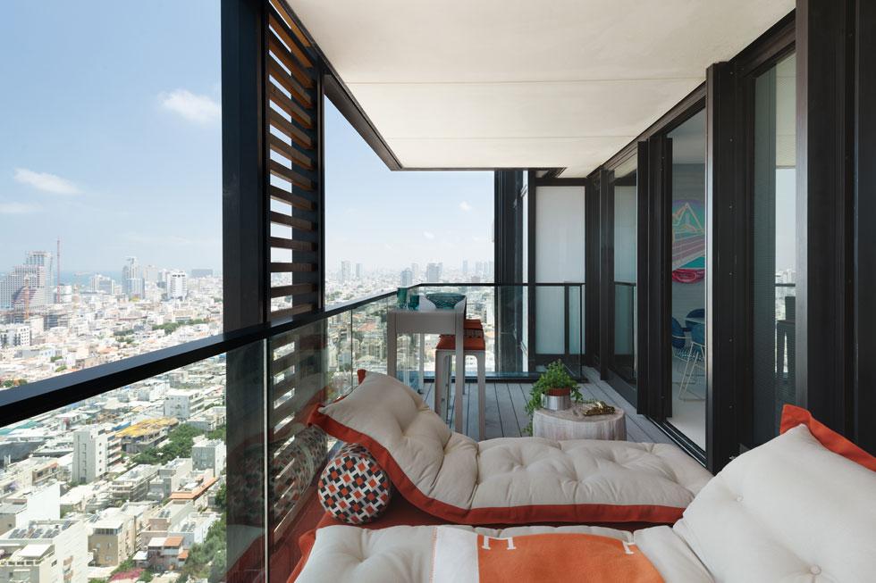 המרפסת והנוף מהקומה ה-12 (צילום: גדעון לוין)
