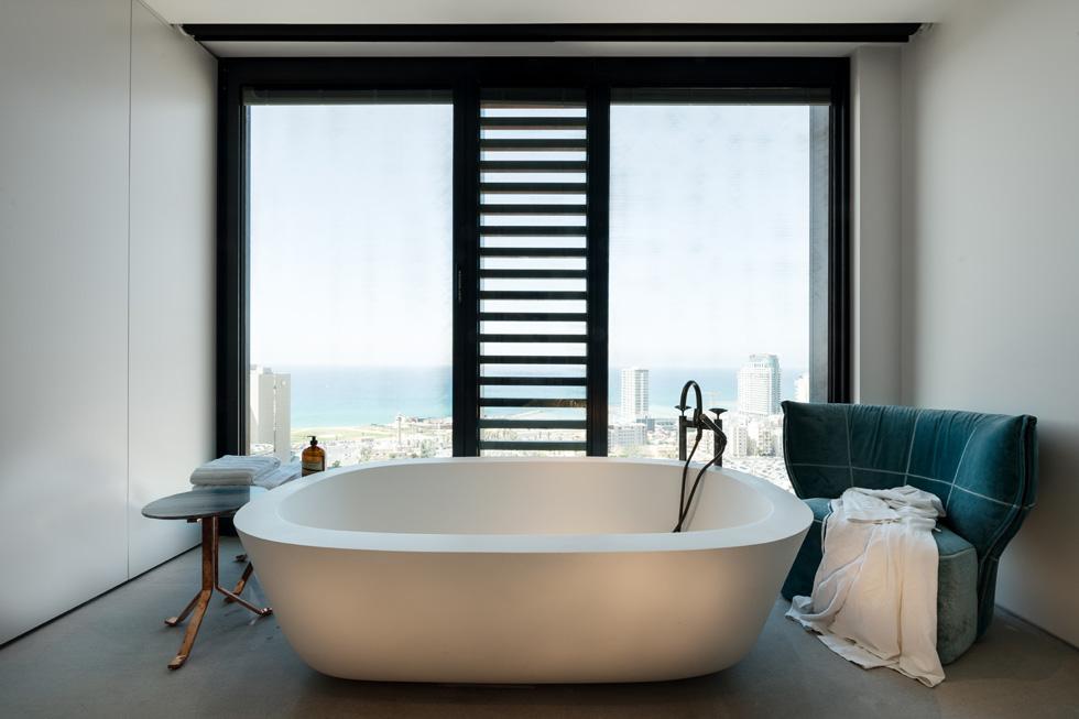 האמבטיה היא הפריט הראשון שבולט לעין בחדר השינה  (צילום: גדעון לוין)