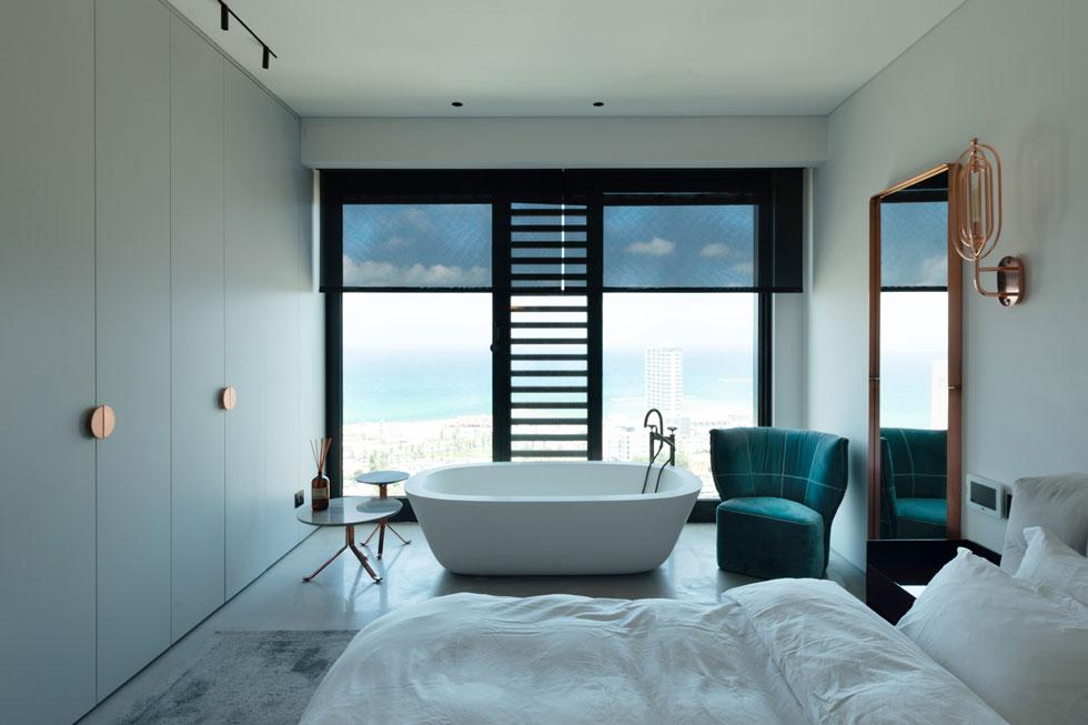 חדר הרחצה פוצל והאמבטיה מוקמה ליד החלון  (צילום: גדעון לוין)