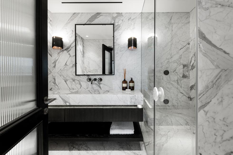 חיפוי קיר מרצפה ועד תקרה משווה לחדר הרחצה מראה דרמטי  (צילום: גדעון לוין)