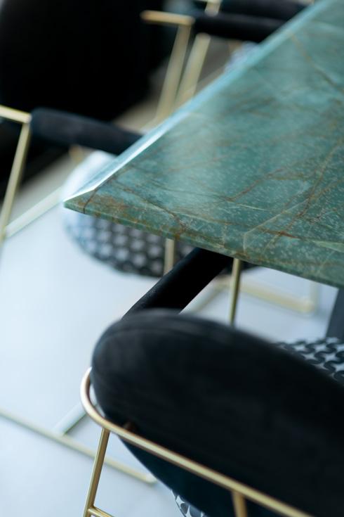 פלטת שולחן האוכל עשויה מאבן אמרלד ירקרקה מברזיל  (צילום: גדעון לוין)