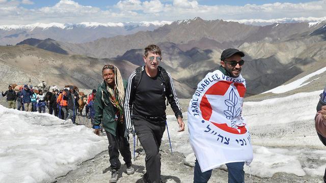 שמואל מרדכי, כשמאחוריו המנטור רמי ברכה, מגיעים לפסגה (צילום: רועי ויינברגר)