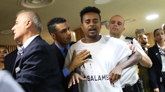 בן משפחה של יוסף סלמסה  בדיון המליאה: הכשלון הלאומי המתמשך בקליטת יהודי אתיופיה (צילום: אלכס קולומויסקי)