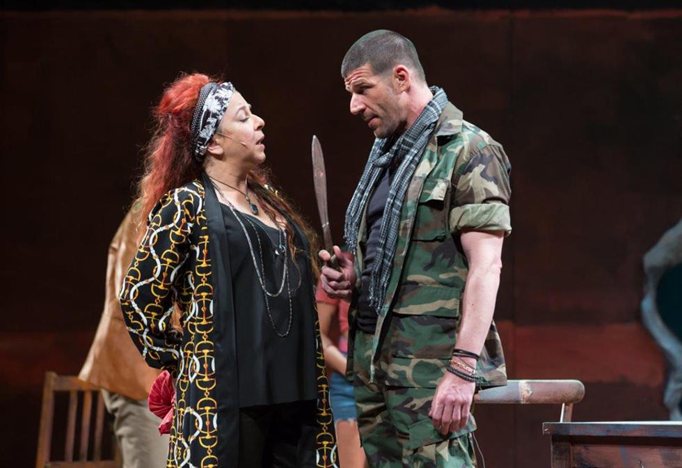 """וינו-אלעד עם עודד לאופולד בהצגה """"הפקר"""" בתיאטרון באר שבע. """"אני מרגישה יותר עשירה מטראמפ"""" (צילום: מעיין קאופמן)"""