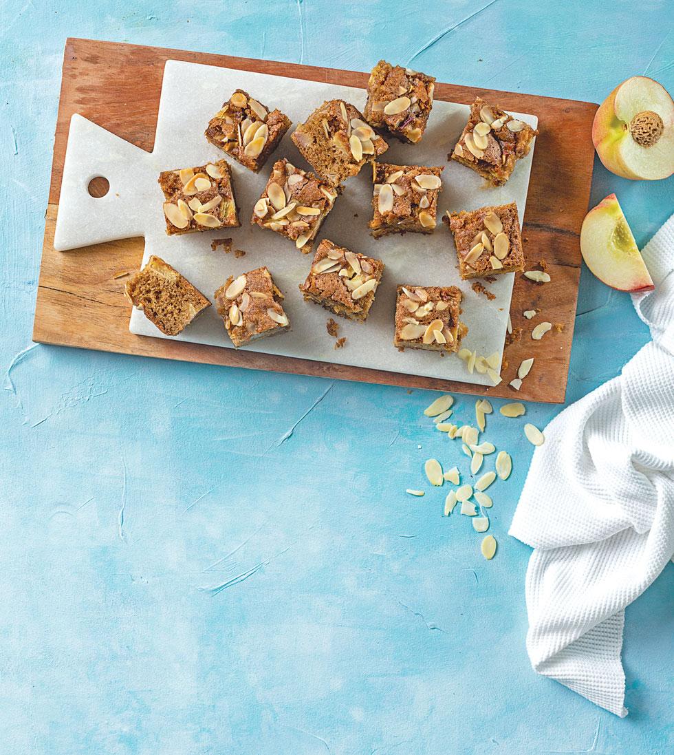עוגת אפרסקים עם קמח כוסמין  (צילום: בועז לביא, סגנון: ענת לבל)