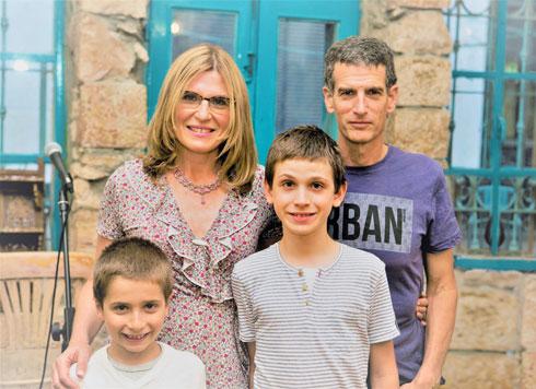מעוז עם בעלה קובי, בנם המשותף אוריאן (משמאל) ובנה איל (צילום: אוהד צויגנברג)