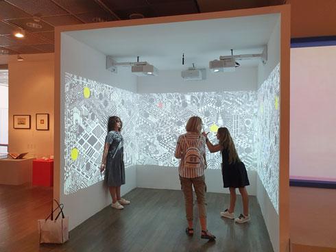 """והנה נקודת הסלפי של התערוכה: קיר האנימציה עם היצורים שצועקים עליהם להתחבא במחילות (צילום: איתי כ""""ץ)"""