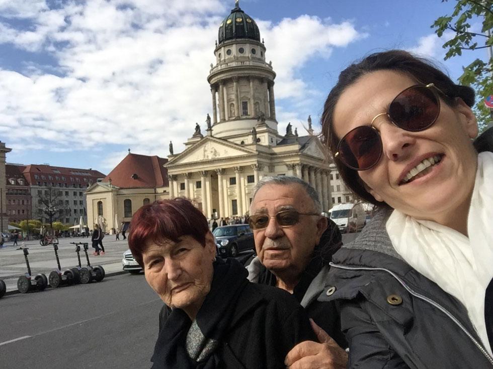 """עם הוריה, מאיר ואתי. """"נדרשו לי שנים, ואיתן המון תמיכה מהמשפחה הנפלאה שלי, כדי להגיע להשלמה עם המצב""""  (צילום: אלבום פרטי)"""