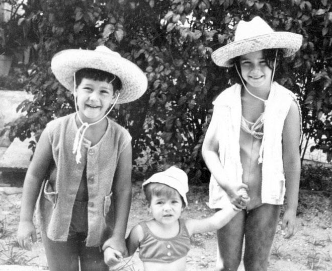 """האחים רונית (מימין), אורלי ושי פורמן. """"לא היו לי שאיפות מיוחדות, אבל הייתי ילדה סקרנית"""" (צילום: אלבום פרטי)"""