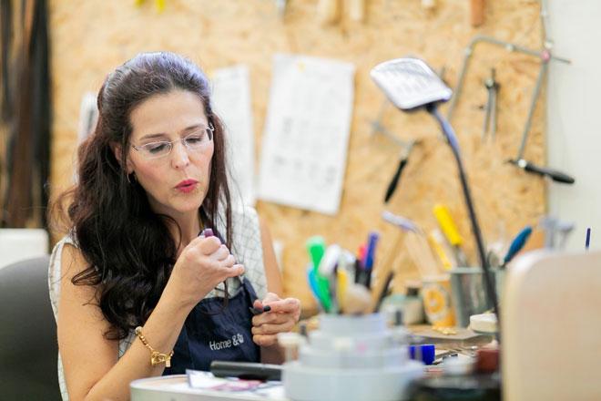 """מעצבת תכשיטים. """"עבודת יד היא ממש פיזיותרפיה בשבילי"""" (צילום: שרון הורוביץ)"""