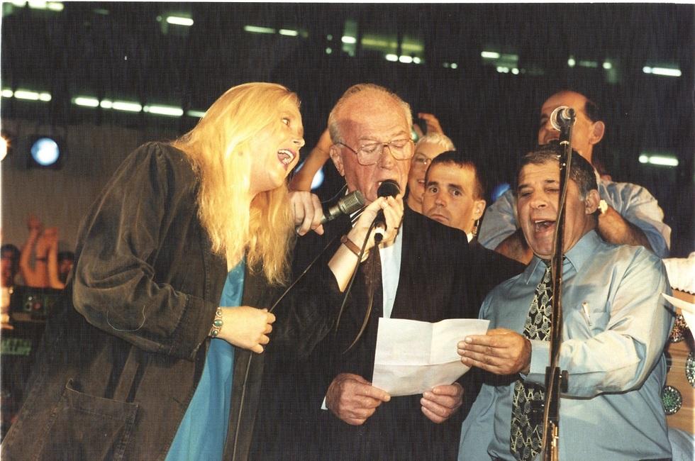 מירי אלוני ויצחק רבין שרים את השיר
