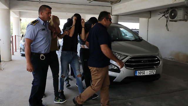 הצעירים החשודים באונס מובאים להארכת מעצר בבית המשפט המקומי באיה נאפה (צילום: EPA)